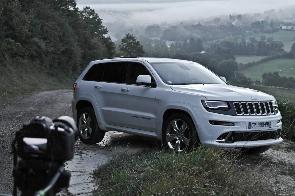 essai jeep grand cherokee srt sur essais et actualit automobile. Black Bedroom Furniture Sets. Home Design Ideas