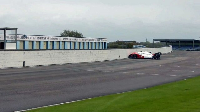 Roborace : une voiture de course autonome va droit au mur