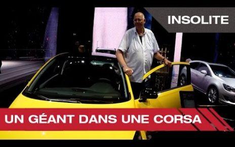 Insolite : un géant dans une Corsa - Mondial Auto de Paris 2014
