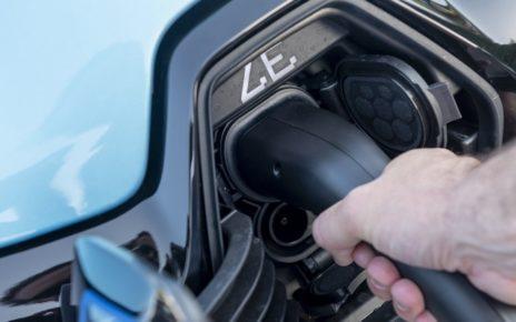 Pourquoi faut-il laisser sa voiture électrique branchée en hiver ?