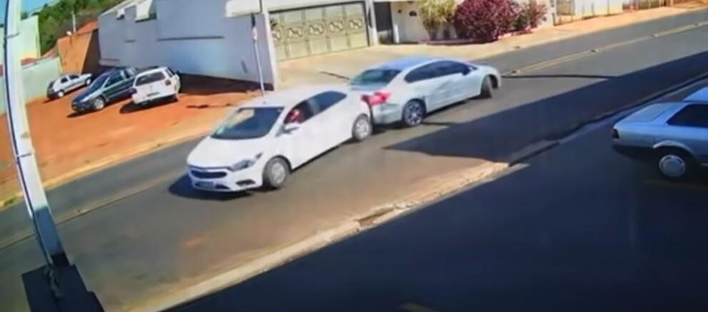 Une collision ridicule entre deux voitures en marche arrière