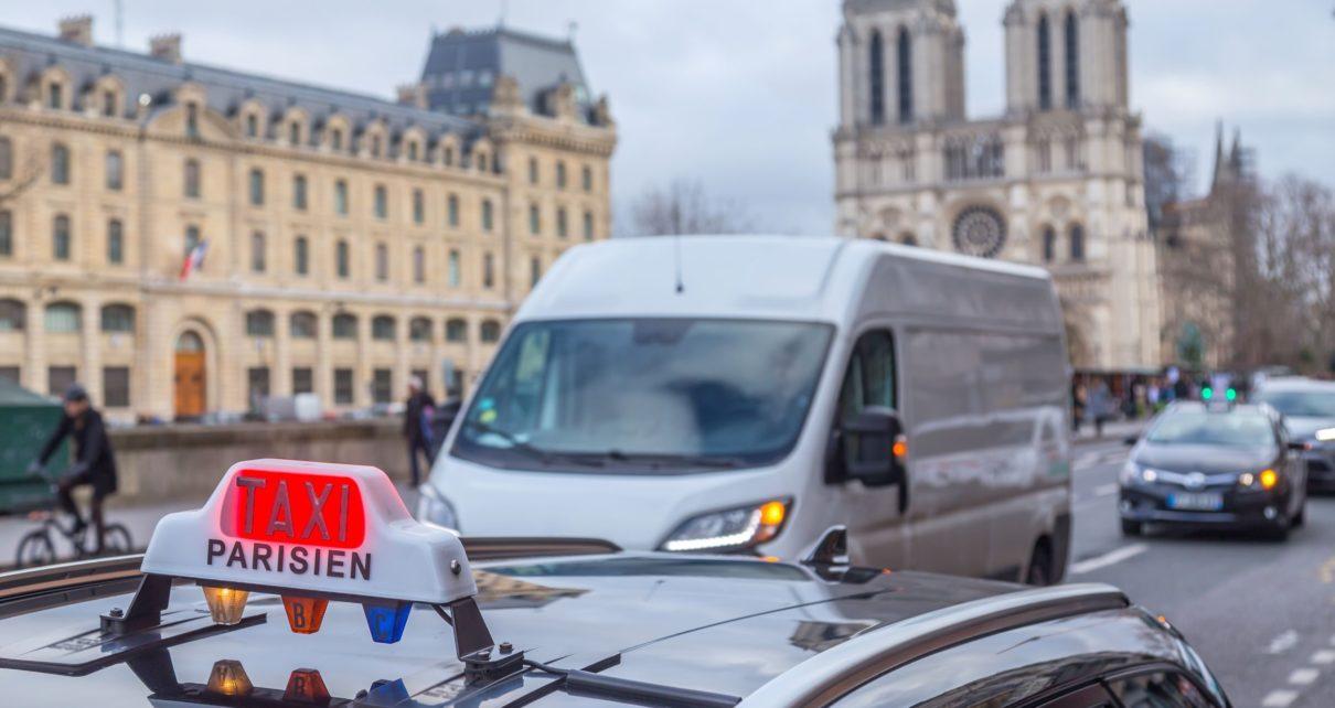 Course en taxi dans Paris : la course pourrait passer de 10€ à 18€